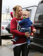 http://img205.imagevenue.com/loc241/th_548879124_Hilary_Duff_shopping_in_West_Hollywood16_122_241lo.jpg